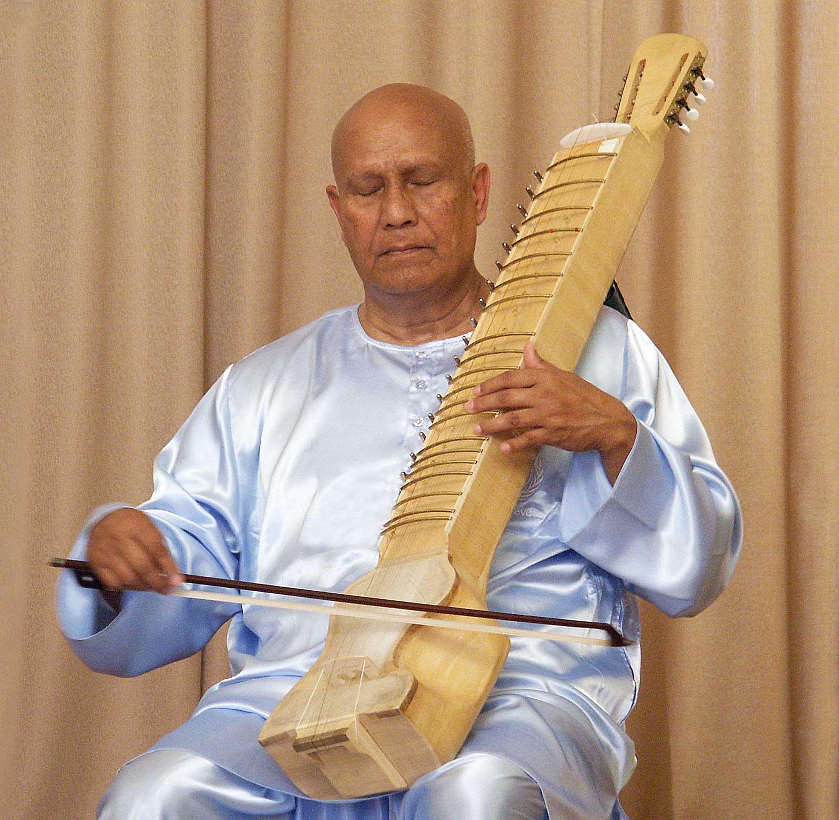 Sri-Chinmoy-playing-esraj-3