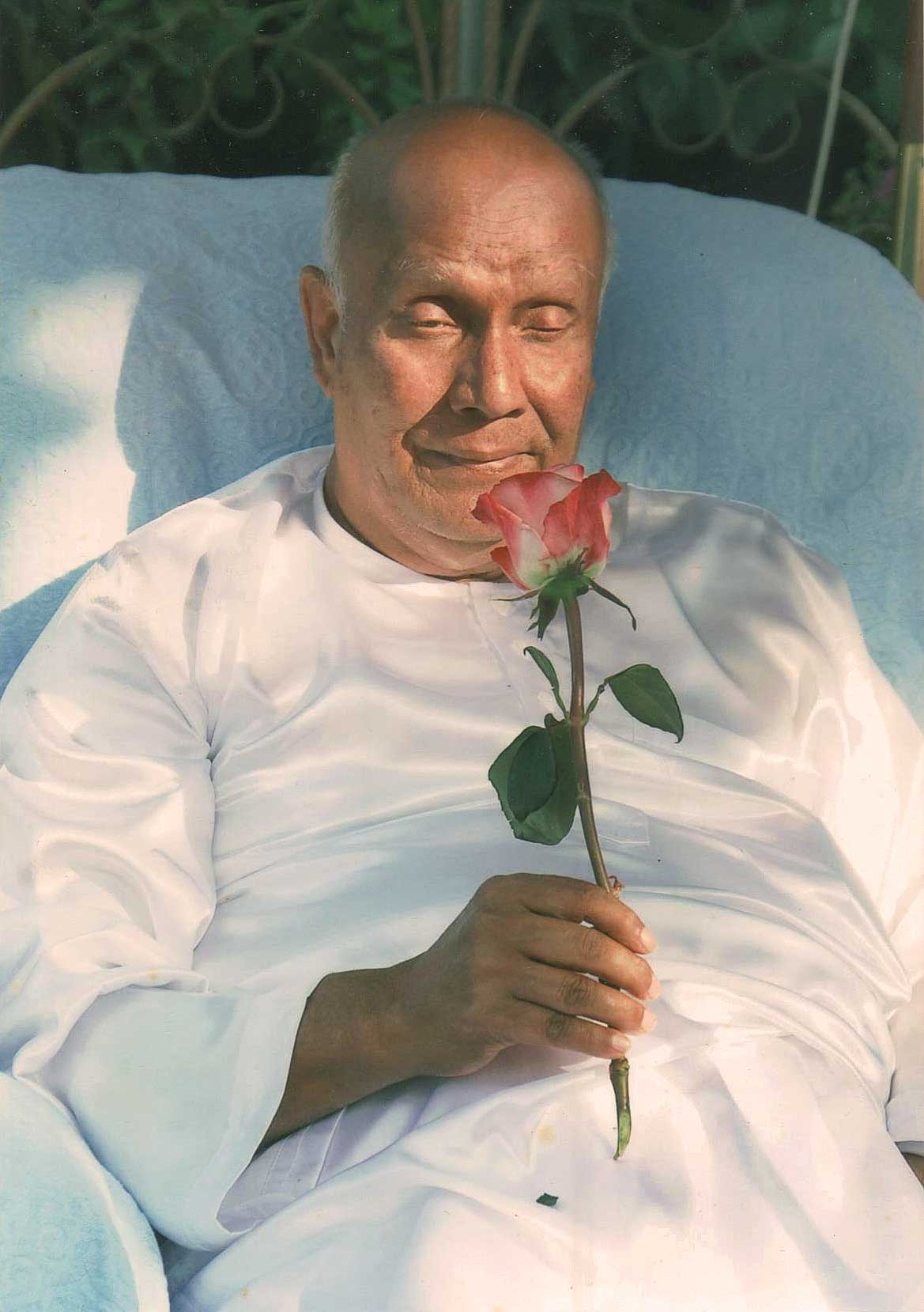 Offering-a-rose_18-August-2007-sri-chinmoy