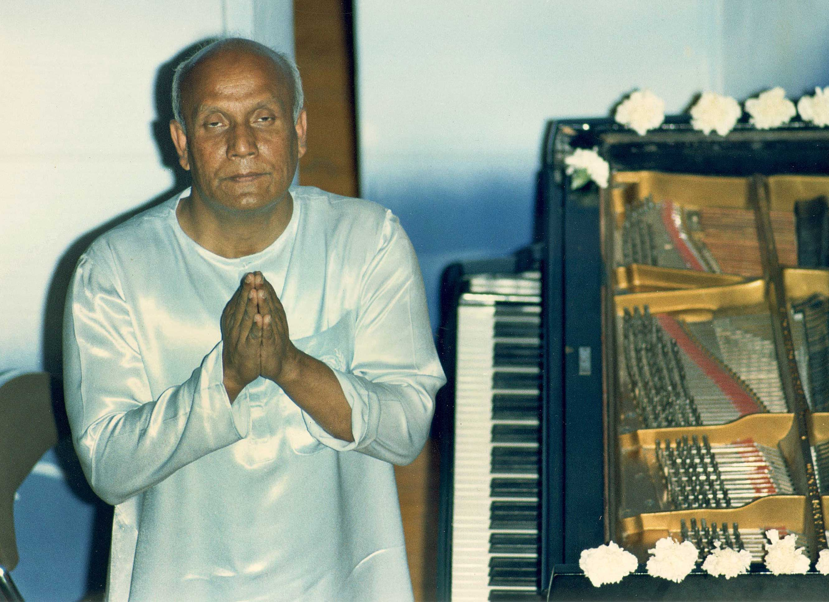 chinmoy-sri-Meditation-before-a-piano-performance