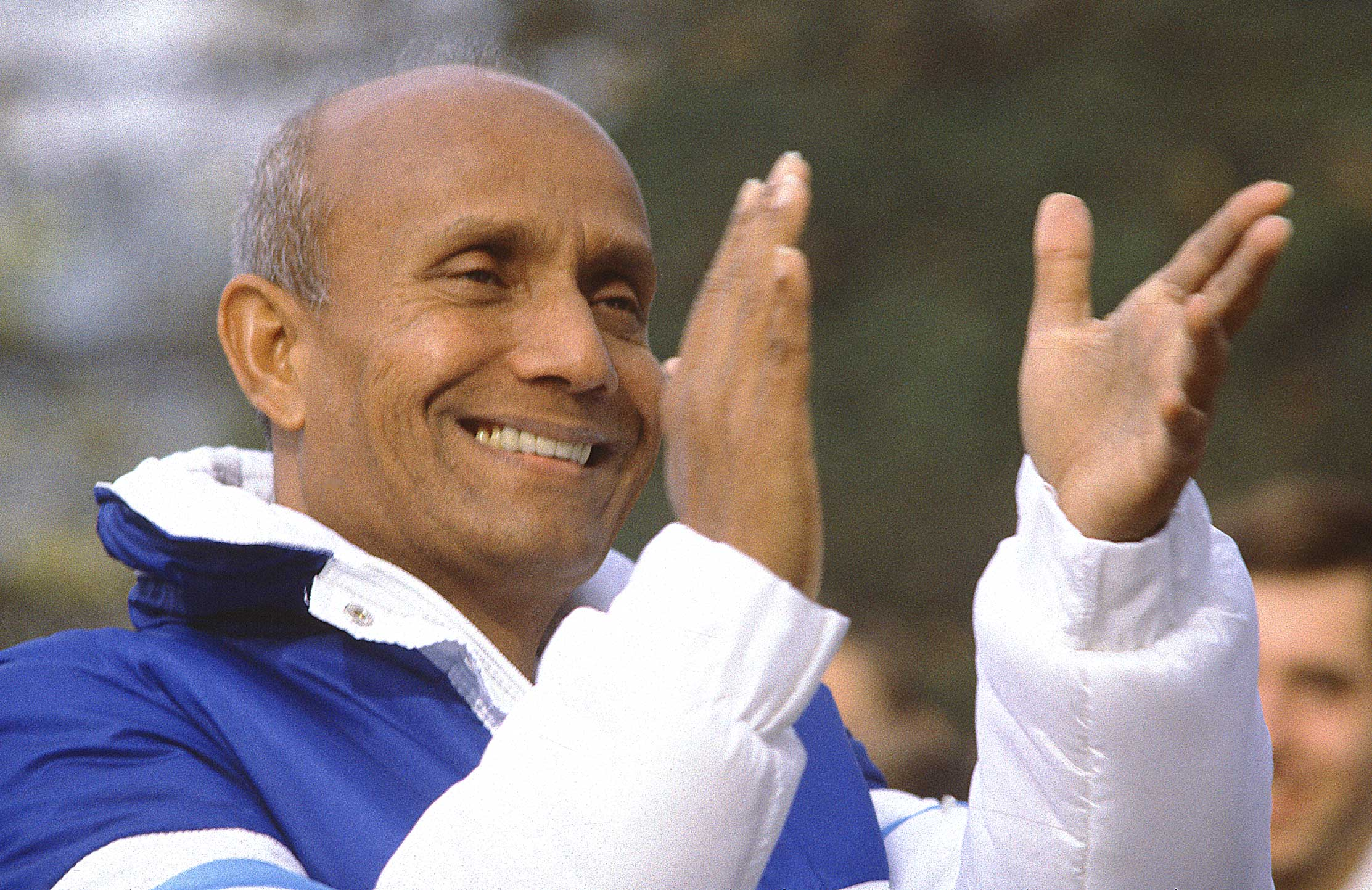 smiling-clapping-sri-chinmoy